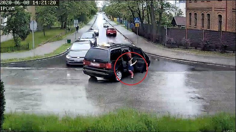 Dramat na Śląsku. Dziecko wypadło z samochodu
