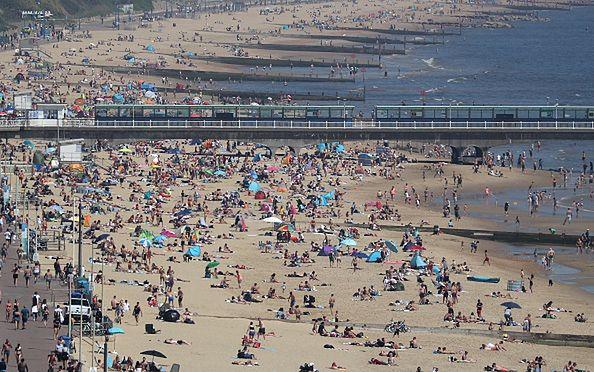 Ludzie tłumnie wyszli na plaże.
