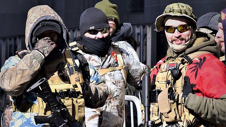 Członkowie ruchu boogaloo w trakcie demonstracji za wolnym dostępem do broni w styczniu tego roku.
