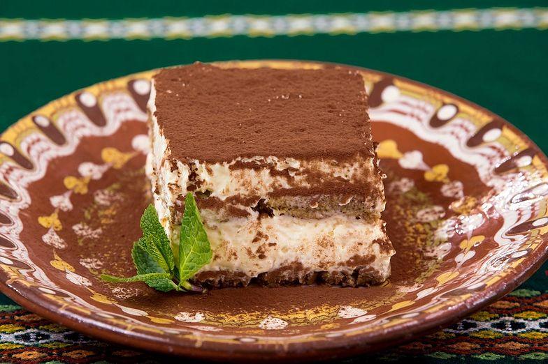 Tiramisu to deser, który jest bardzo prosty w wykonaniu. Świetnie sprawdzi się jako drugie śniadanie w upalne dni.