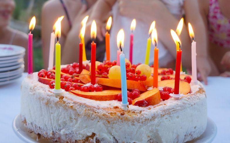 Życzenia urodzinowe. Krótkie i śmieszne wierszyki. Sprawdź piękne propozycje