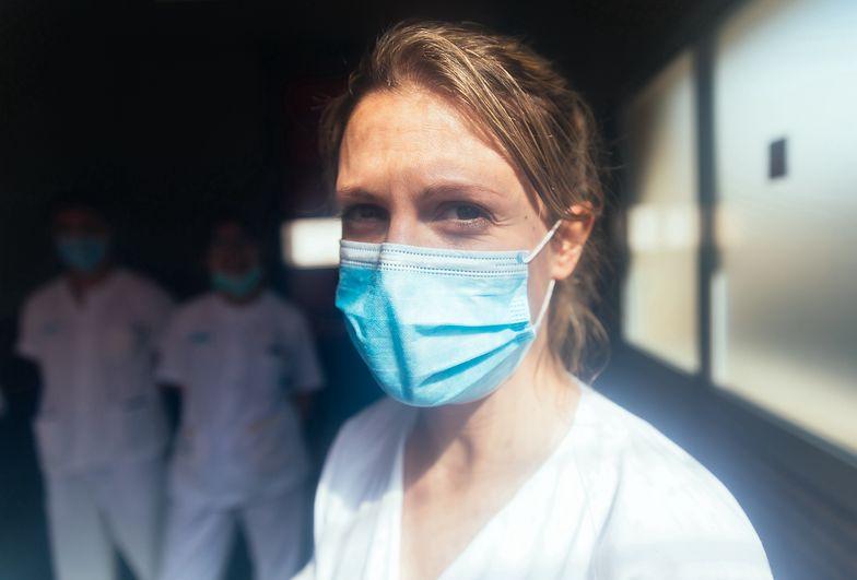 Pielęgniarka trafiła na ostry dyżur. Od maseczki miała poparzoną twarz