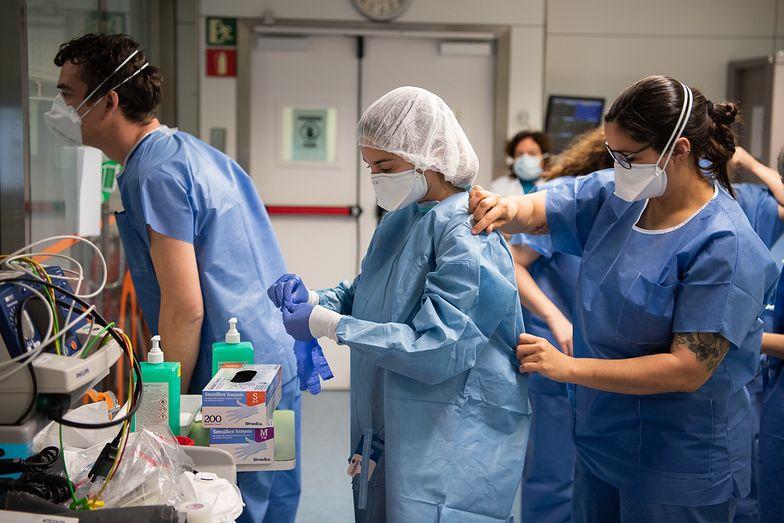 Paragona szkoli lekarzy, którzy chcą wyjechać na kontrakt za granicę. Głównie obcokrajowców. Teraz przez koronawirusa biznes praktycznie stanął