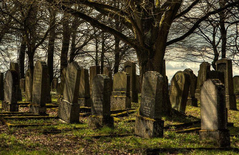 Zaprowadzili ich na cmentarz. Dwóch chłopców przeżyło piekło