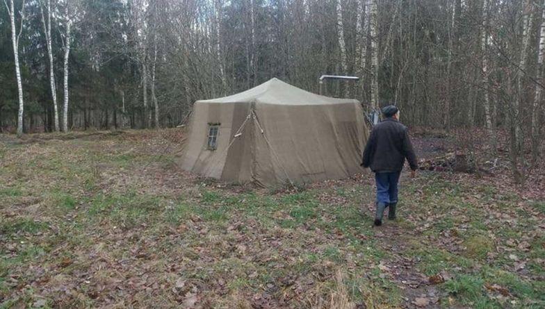 Koronawirus. Rodzina ze strachu ukryła się... w lesie