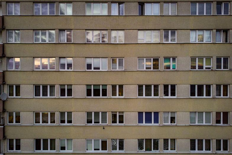 Tragedia w Koszalinie. Dzieci wypadły z okna na 9. piętrze