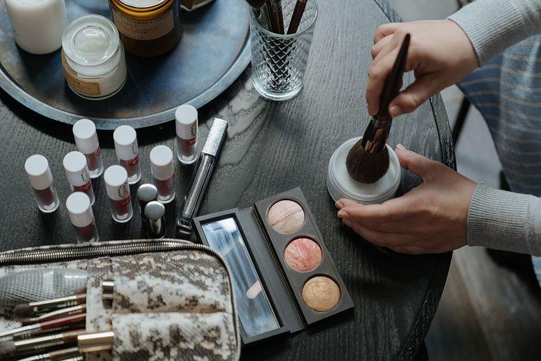 Kosmetyki do makijażu z dużym spadkiem sprzedaży. Przez koronawirusa nie są już tak potrzebne