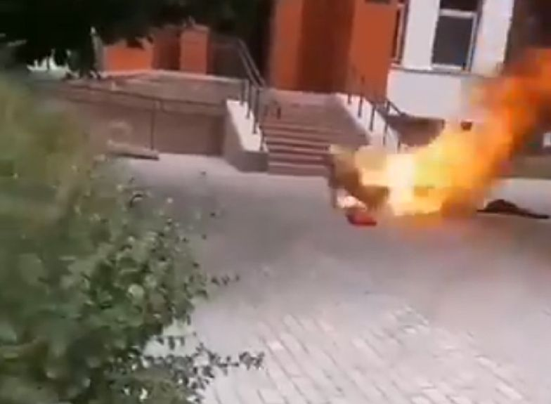 Szokujące wideo z Białorusi. W ramach protestu polał się benzyną i podpalił