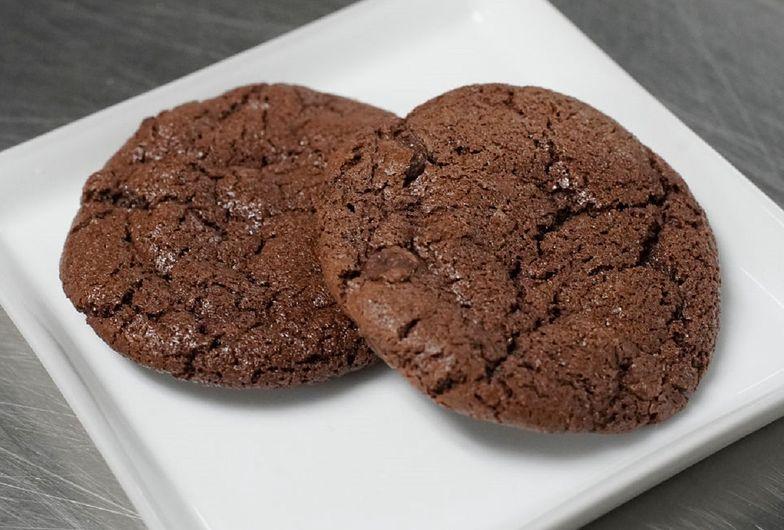 Przepis na ciastka czekoladowe z masłem orzechowym. Pomysł na prosty deser