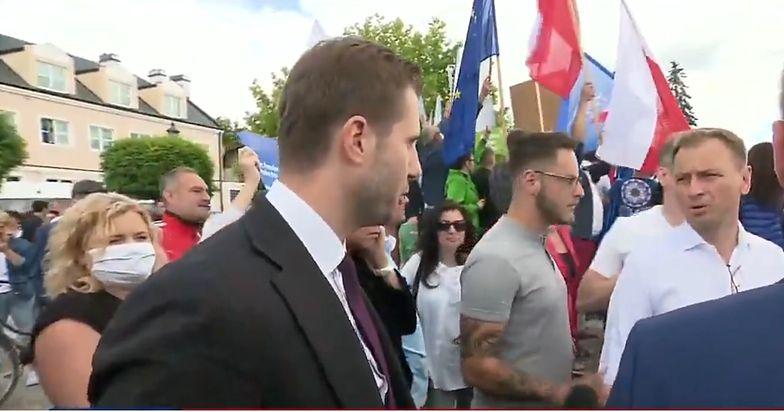 Reporter TVP Info walczył do końca. Przepychanka na wiecu Trzaskowskiego