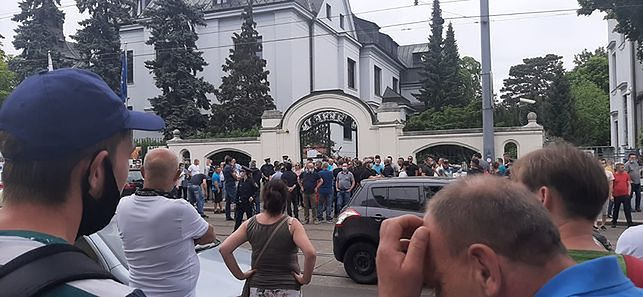 Zamieszanie w Wiedniu, interweniowała policja. Polacy protestowali na terenie ambasady