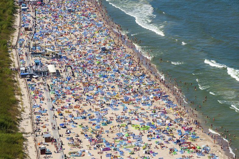 Tłumy na plaży we Władysławowie. GIS zapowiada kontrole