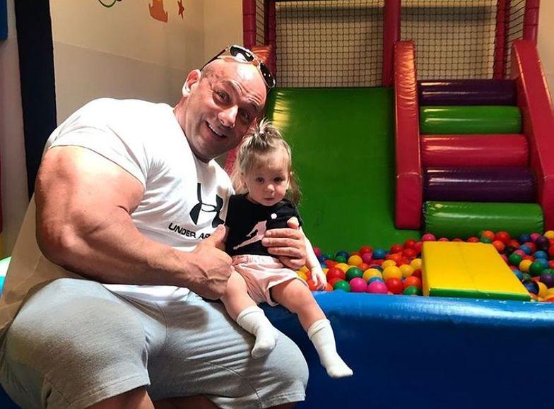 """Robert Burneika świetnie się bawi. """"Trenujemy biceps z córeczką"""""""