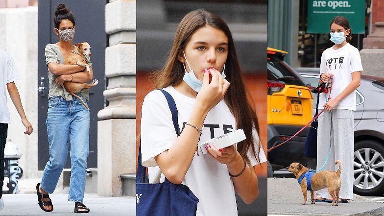 """""""Zamaseczkowane"""" Katie Holmes i Suri Cruise przemykają nowojorską ulicą na spacerze z psami (ZDJĘCIA)"""