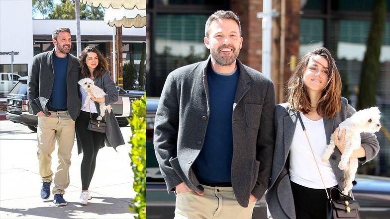 Szczęśliwy Ben Affleck spaceruje po Los Angeles z nową dziewczyną i jej psem (ZDJĘCIA)