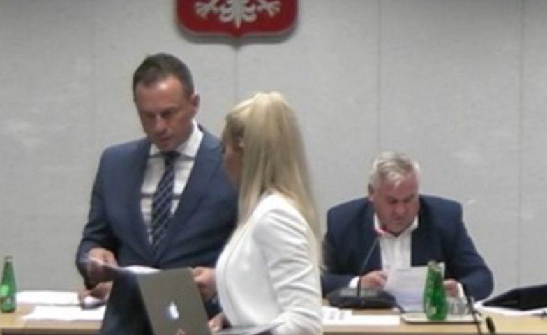 """Wpadka szefa komisji. Nie wyłączył mikrofonu. """"K***a, nikt się nie słucha"""""""
