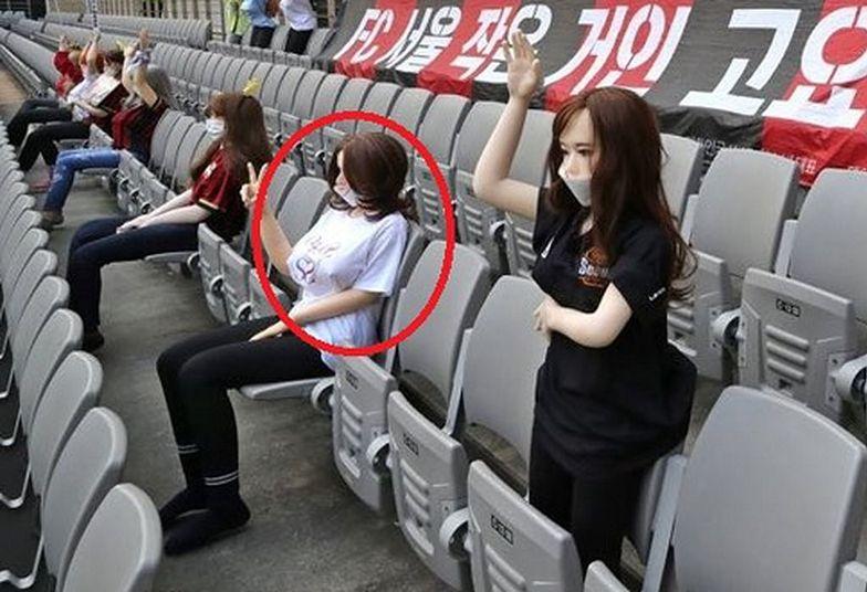 Erotyczne lalki kibicowały na stadionie piłkarskim