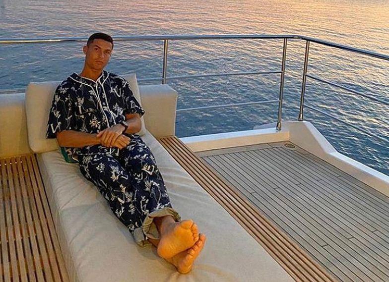 Wygląda stylowo nawet w łóżku. Cristiano Ronaldo w piżamie za 10 tys. złotych!