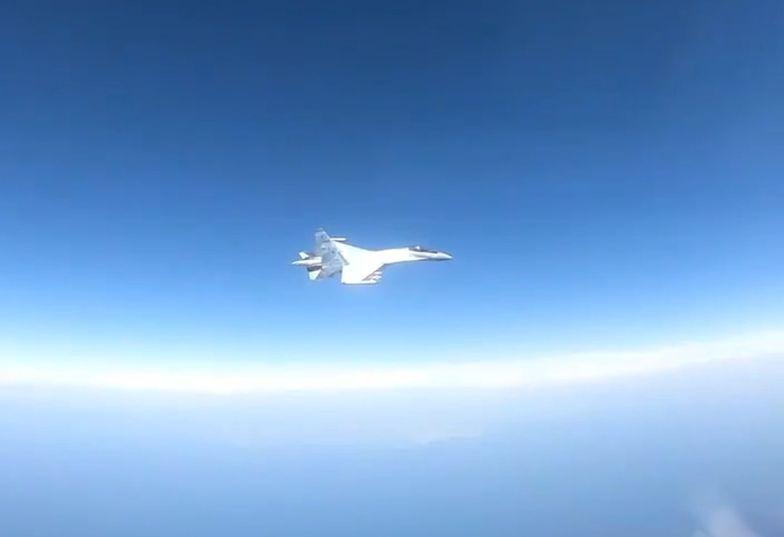 Rosyjski samolot zbliża się do maszyny USA.