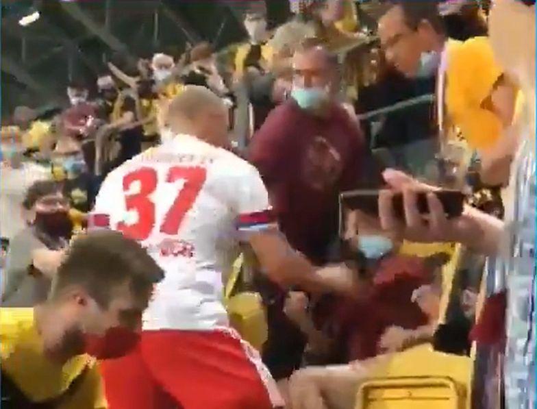 Skandal w Niemczech. Piłkarz wbiegł na trybuny i zaczął bić kibica