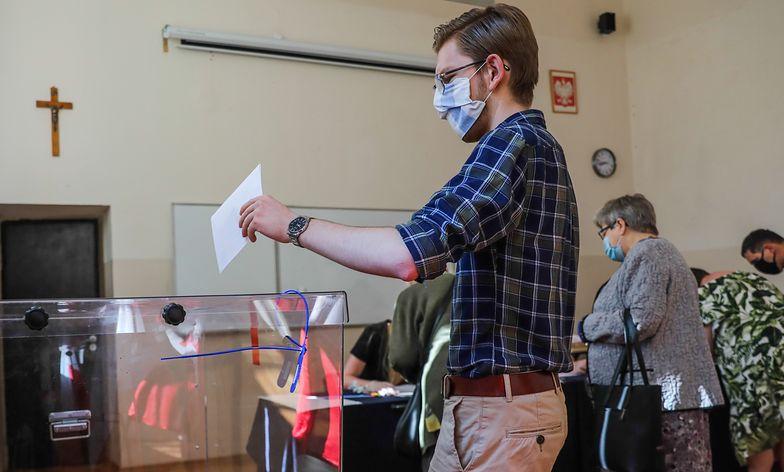 Wybory 2020. Czy można zrobić sobie zdjęcie przy urnie wyborczej?