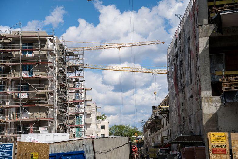 Mniej gotówki na rynku nieruchomości. Polacy wolą oszczędzać