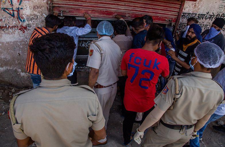 Indie. Pod sklepami monopolowymi pojawiły się tłumy