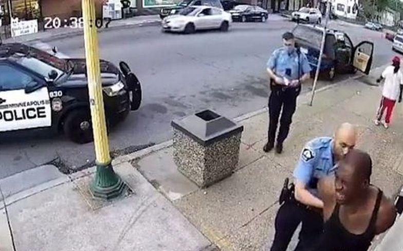Policjant udusił mężczyznę na oczach świadków