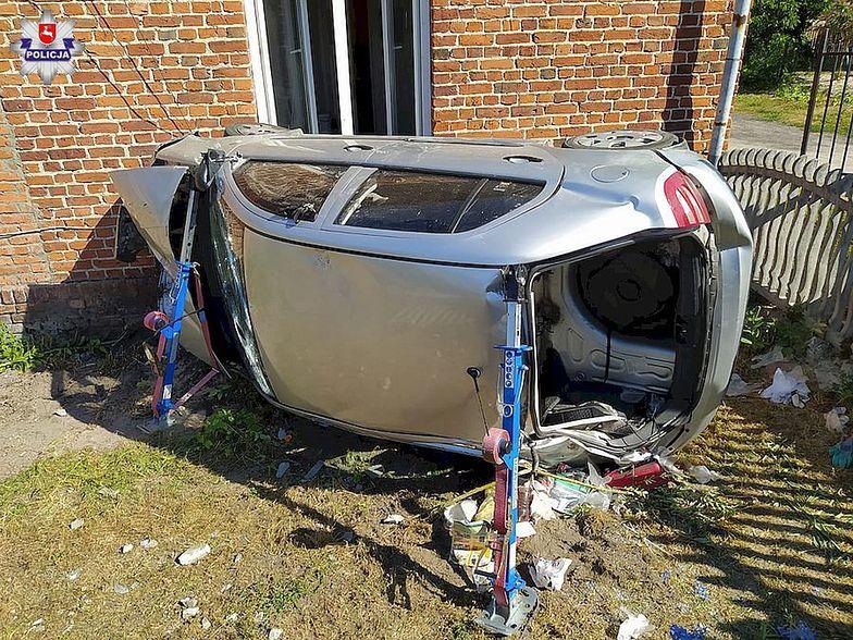 Wypadek w Niezdowie. Rozpędzona skoda dachując, wpadła w dom