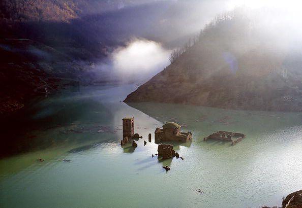 Wioska od dziesięcioleci znajduje się pod wodą.