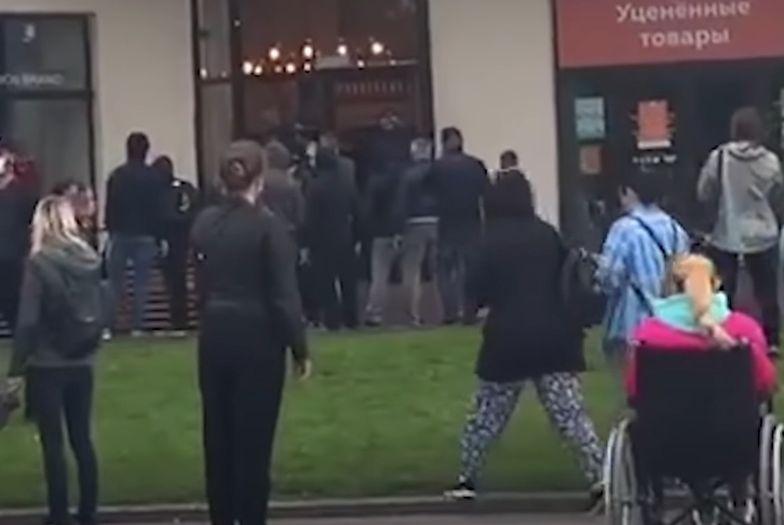 Ruszenie na Białorusi. Tłumy ustawiają się przed kawiarnią. O co chodzi?