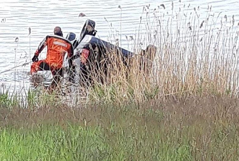 Tragedia na Śląsku. Samochód wjechał do jeziora, kierowca nie żyje