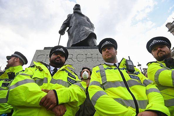 """Boris Johnson komentuje niszczenie posągów. To """"zakłamywanie naszej historii"""""""
