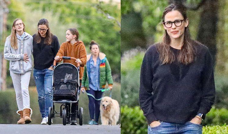 47-letnia Jennifer Garner i jej córki wyprowadzają na spacer psa oraz... kota w wózku. Słodko? (ZDJĘCIA)