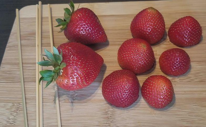 Przepis na truskawki w karmelu.