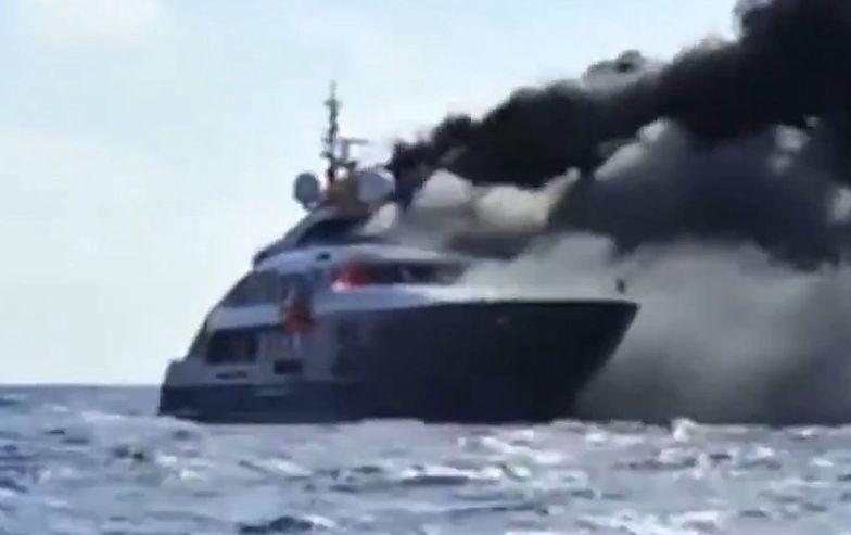 Wielki pożar zatopił luksusowy jacht we Włoszech. Jest nagranie
