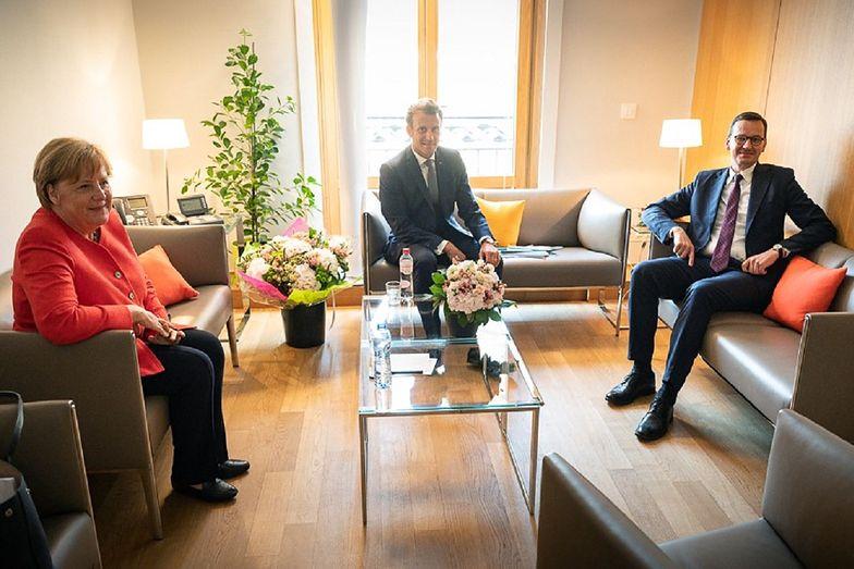 Angela Merkel dostała prezent od Morawieckiego. Wiadomo, co jej podarował
