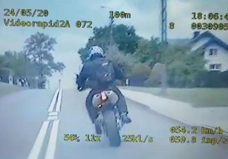 Policja ścigała motocyklistę, który miał w plecaku broń maszynową