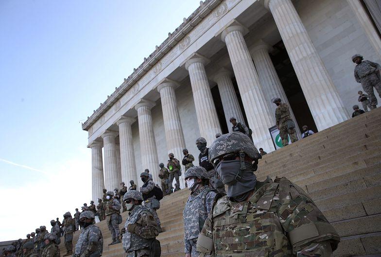 Żołnierze pilnujący Mauzoleum Abrahama Lincolna.