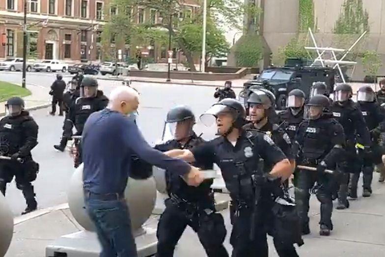 Na nagraniu zarejestrowano, jak dwaj policjanci popychają starszego mężczyznę