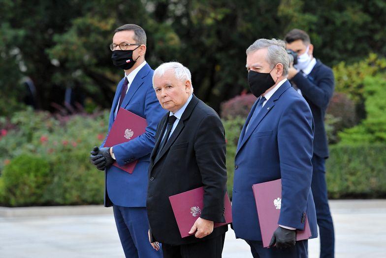 Kaczyński na zaprzysiężeniu rządu. Jeden szczegół rzuca się w oczy