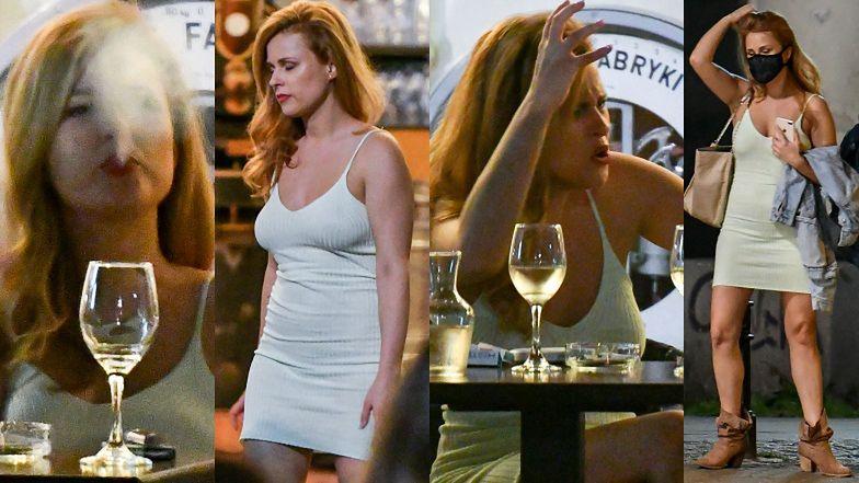 Ekspresyjna Kaja Paschalska raczy się kieliszkiem wina i e-papierosem wieczorową porą