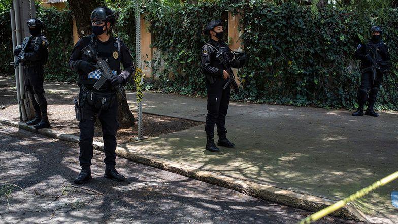 Policja ochraniająca obszar, na którym miał miejsce zamach.