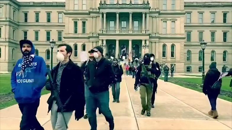 USA. Uzbrojeni demonstranci i bezrobotni protestowali przeciwko zamykaniu gospodarki