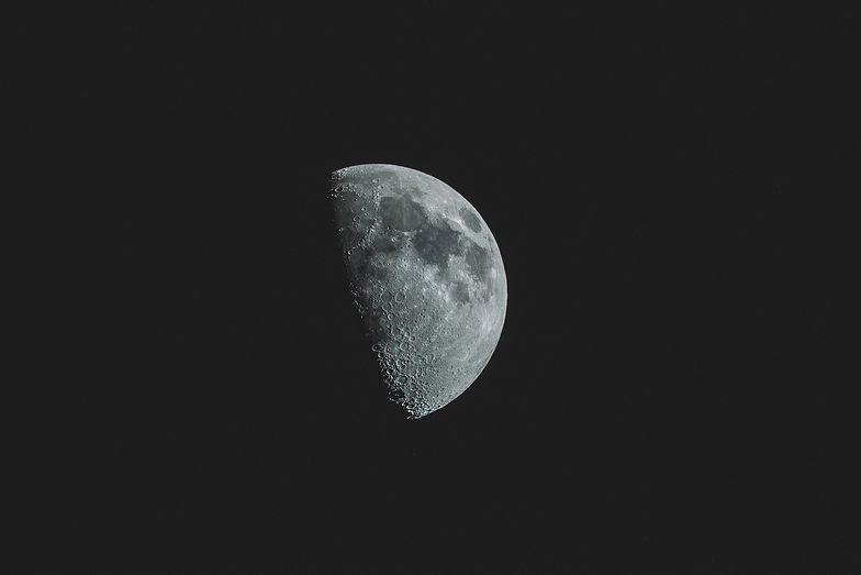 Księżyc rdzewieje! Niesamowite odkrycie naukowców
