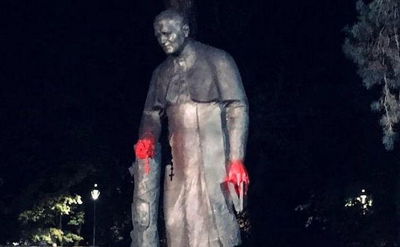 Protestujący są wściekli. Zniszczono pomnik Jana Pawła II