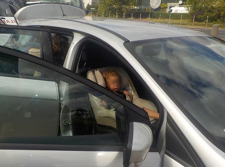 Dramatyczna akcja w Warszawie. Dziecko w nagrzanym samochodzie nie dawało znaku życia