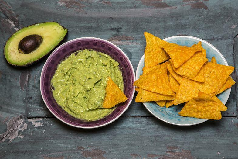 Nachos z guacamole to pyszna meksykańska przekąska.