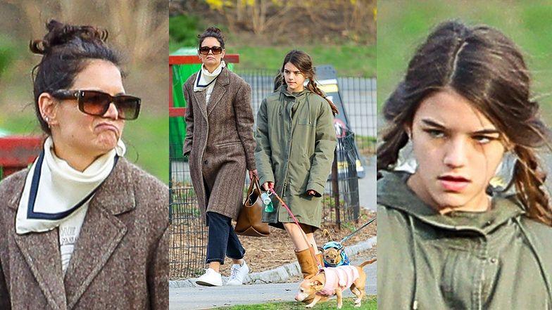 Dawno niewidziana Suri Cruise na spacerze z mamą i psem. Wyrosła? (ZDJĘCIA)