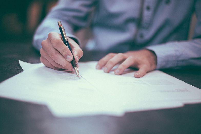 W celu uzyskania duplikatu świadectwa pracy należy złożyć do pracodawcy odpowiedni wniosek